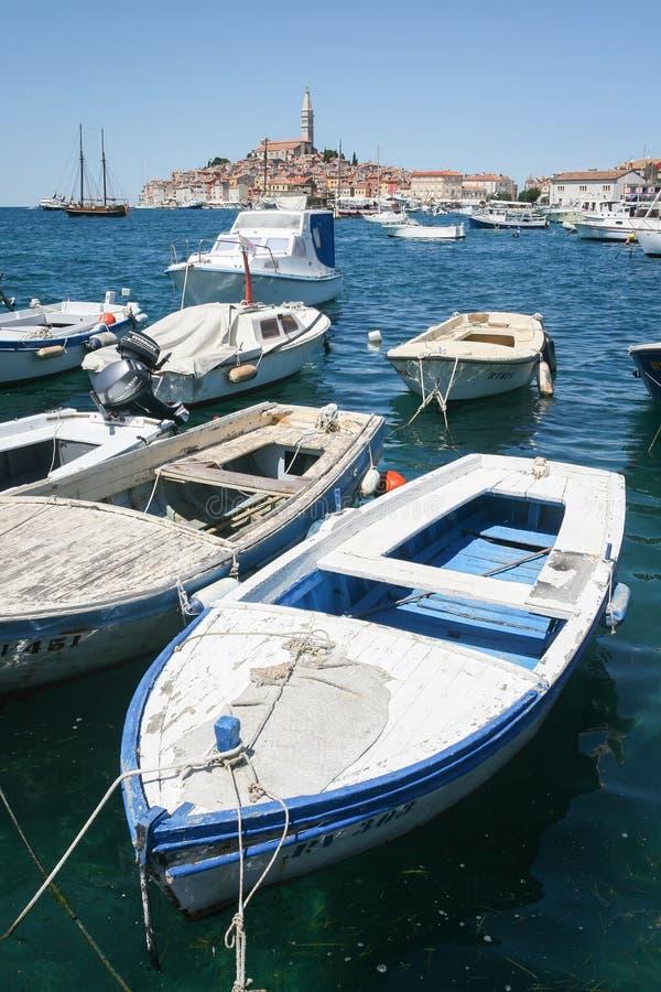 Δεμένες βάρκες με την πόλη Rovinj στο υπόβαθρο στοκ φωτογραφίες