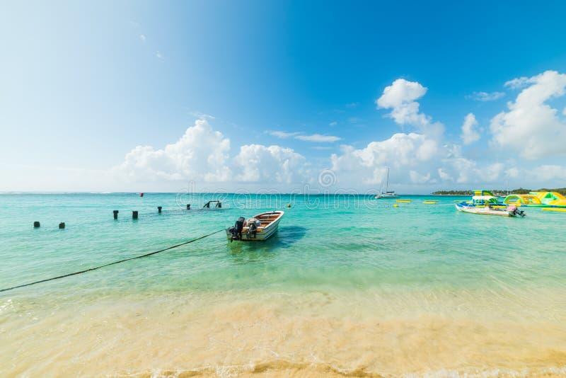 Δεμένη βάρκα στην παραλία Sainte Anne στο νησί της Γουαδελούπης στοκ εικόνα με δικαίωμα ελεύθερης χρήσης