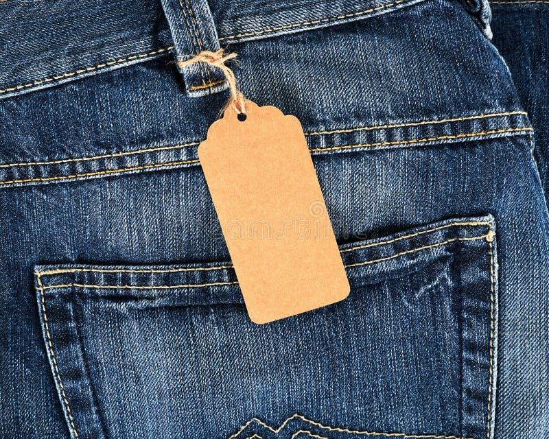 δεμένη καφετιά κενή ετικέττα στο τζιν παντελόνι στοκ εικόνες