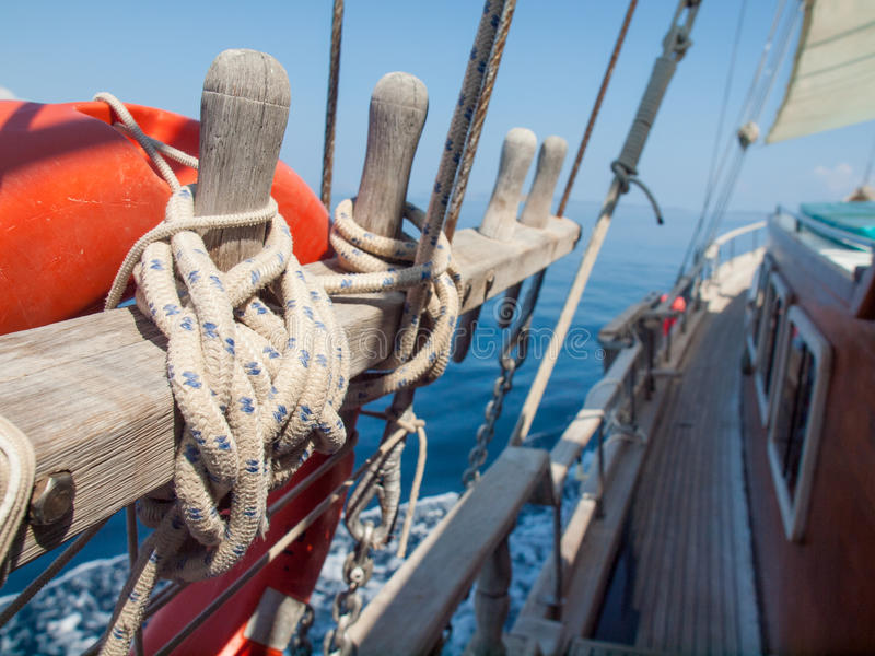 Δεμένος από το σχοινί σε μια ξύλινη πλέοντας βάρκα στοκ φωτογραφία με δικαίωμα ελεύθερης χρήσης