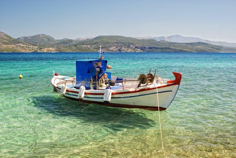Δεμένο αλιευτικό σκάφος στο σαφές θαλάσσιο νερό στοκ φωτογραφία με δικαίωμα ελεύθερης χρήσης