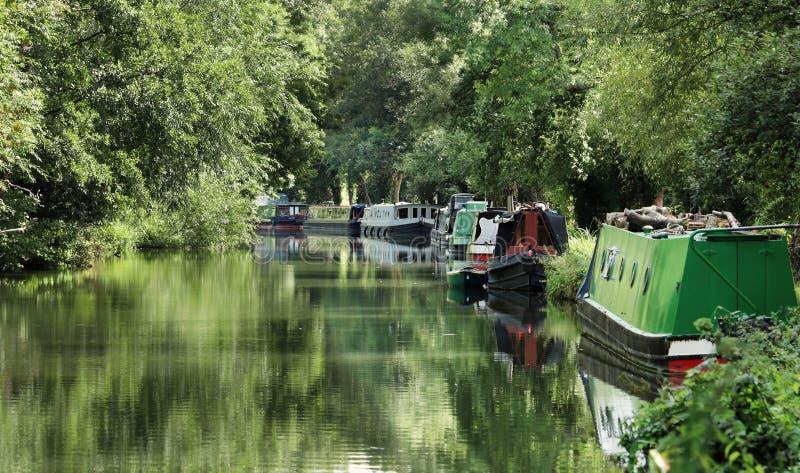 Δεμένο Narrowboats σε ένα αγγλικό κανάλι στοκ εικόνα