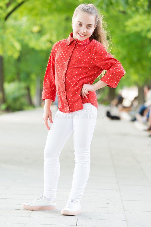 Δεν βγαίνει ποτέ του ύφους Λατρευτό μικρό κορίτσι που φορά το επισημασμένο πουκάμισο στο ύφος μόδας οδών Λίγο χαριτωμένο παιδί με στοκ φωτογραφίες