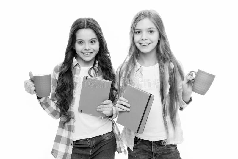 Δεν υπάρχει φίλος τόσο πιστός όσο το βιβλίο Κορίτσι κρατά ένα φλιτζάνι τσάι και βιβλίο Λογοτεχνία για παιδιά Ανάγνωση λίστας κάδω στοκ φωτογραφία