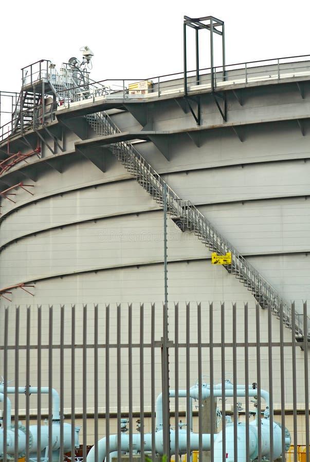 Δεξαμενές αερίου στη βιομηχανική περιοχή, ενέργεια αναστολής για το transp στοκ εικόνα με δικαίωμα ελεύθερης χρήσης