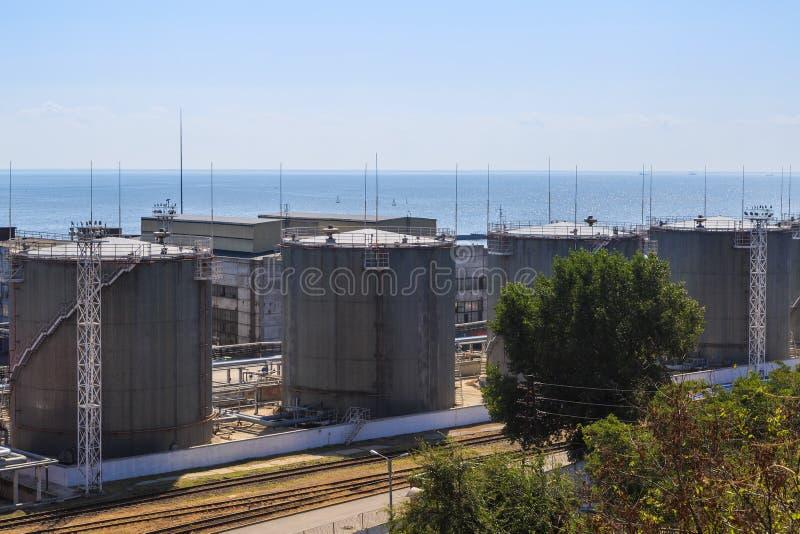 Δεξαμενές αποθήκευσης πετρελαίου στην ακτή στο λιμένα στοκ εικόνες