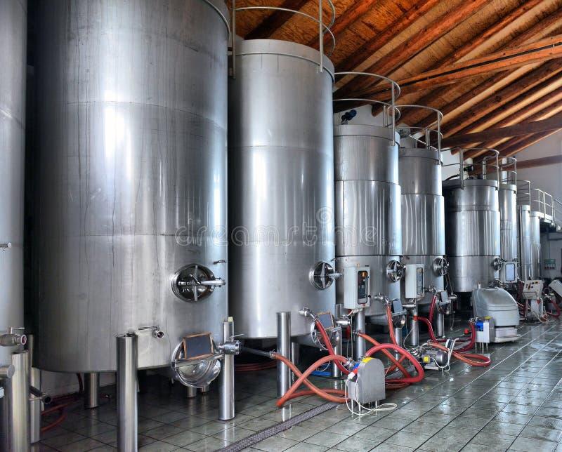 Δεξαμενές κρασιού ανοξείδωτου σε μια σειρά στοκ φωτογραφίες