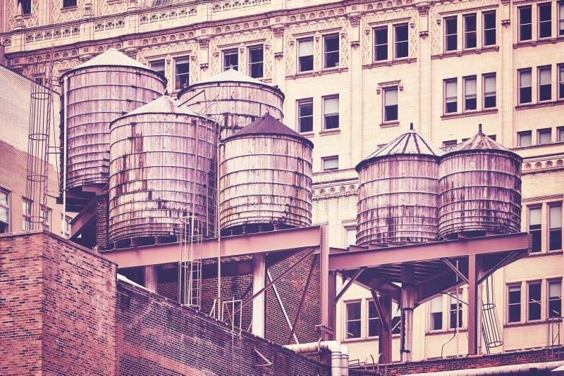 Δεξαμενές νερού σε μια στέγη, πόλη της Νέας Υόρκης στοκ εικόνες