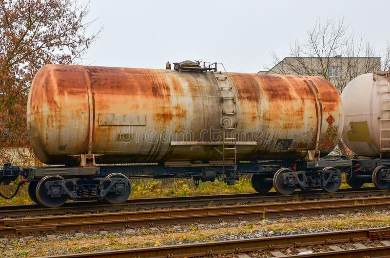 Δεξαμενές σιδηροδρόμων, μεταφορά του πετρελαίου, βενζίνη, πετρέλαιο ή αέριο με το τραίνο στοκ φωτογραφίες