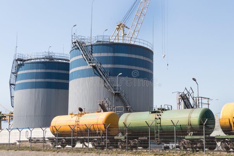 Δεξαμενές φορτίου στο τερματικό σιδηροδρόμων, μεταφορά του πετρελαίου στοκ φωτογραφίες