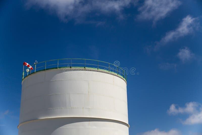 Δεξαμενή αποθήκευσης πετρελαίου στο εργοστάσιο πετροχημικών στοκ φωτογραφία