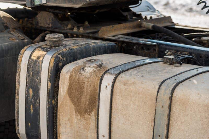 Δεξαμενή καυσίμων στο μεγάλο στενό επάνω πυροβολισμό φορτηγών στοκ εικόνες