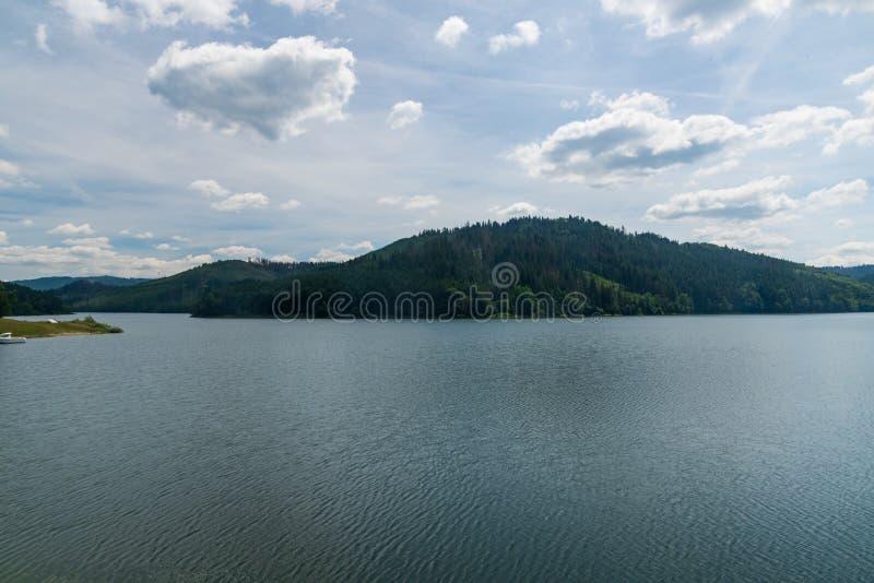 Δεξαμενή νερού Nova Bystrica με λόφους στο παρασκήνιο στη Σλοβακία στοκ εικόνες