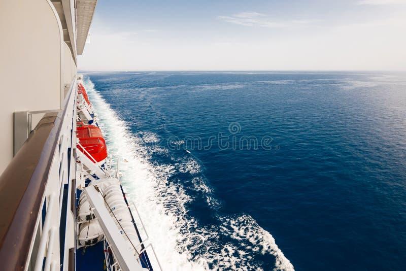 Δεξιά πλευρά ενός κρουαζιερόπλοιου στον ωκεανό στοκ εικόνες