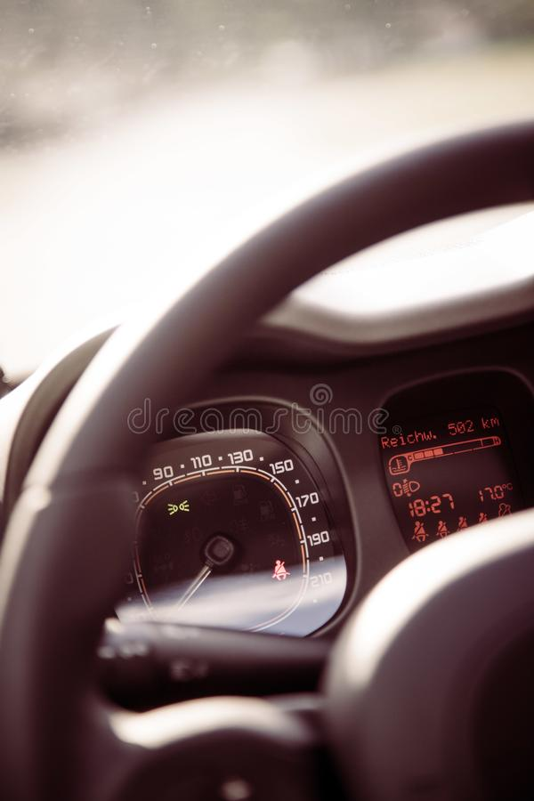 Δερμάτινος-μαύρο τιμόνι με τον τηλεχειρισμό, σύγχρονο αυτοκίνητο, μουτζουρωμένο ταμπλό στοκ εικόνες με δικαίωμα ελεύθερης χρήσης
