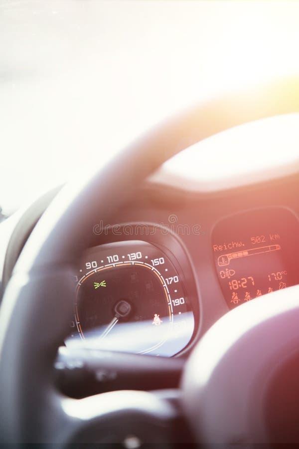 Δερμάτινος-μαύρο τιμόνι με τον τηλεχειρισμό, σύγχρονο αυτοκίνητο, μουτζουρωμένο ταμπλό στοκ φωτογραφίες