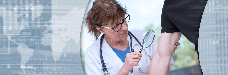 Δερματολόγος που εξετάζει το δέρμα ενός ασθενή o στοκ εικόνα
