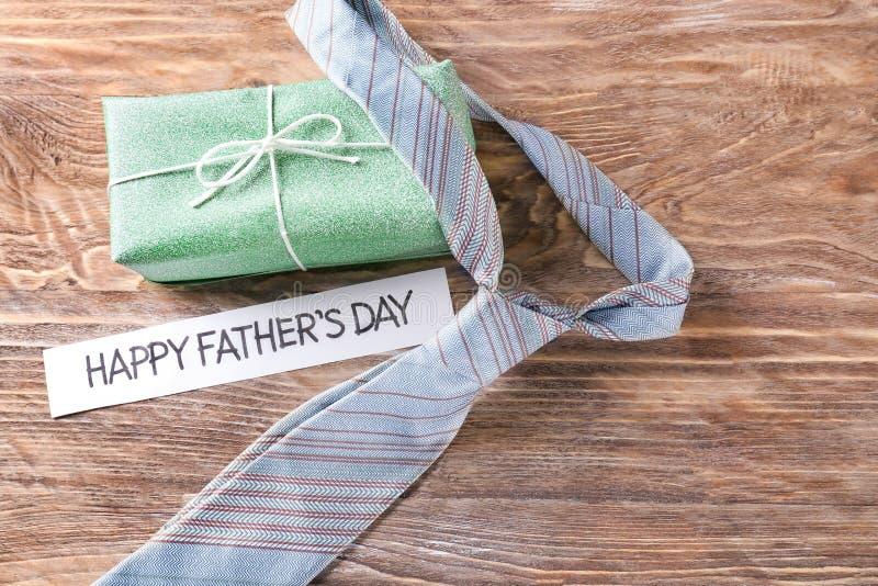 Δεσμός λαιμών με το κιβώτιο δώρων για την ημέρα του ευτυχούς πατέρα στο ξύλινο υπόβαθρο στοκ φωτογραφίες με δικαίωμα ελεύθερης χρήσης