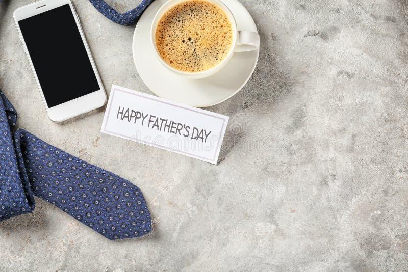 """Δεσμός λαιμών με το φλιτζάνι του καφέ και smartphone στο γκρίζο κατασκευασμένο υπόβαθρο Εορτασμός ημέρας πατέρων \ """"s στοκ εικόνες"""