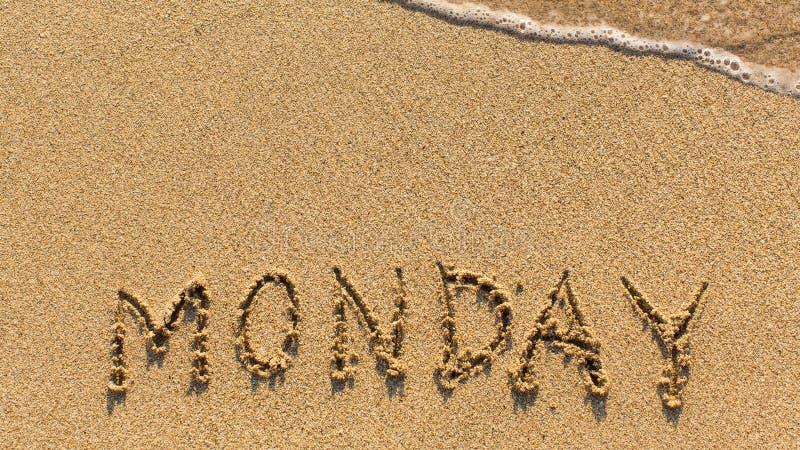 Δευτέρα - λέξη που επισύρεται την προσοχή στην παραλία άμμου στοκ φωτογραφία με δικαίωμα ελεύθερης χρήσης