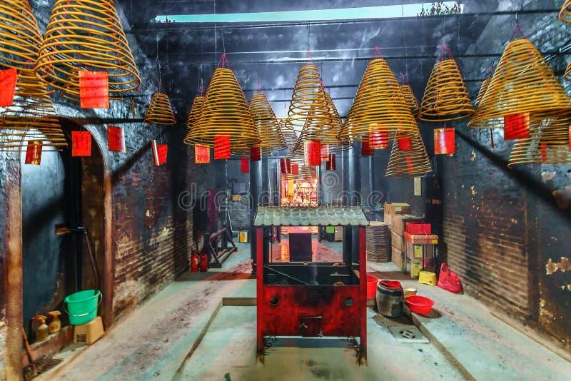Δευτερεύον βουδιστικό εσωτερικό ναών στο Μακάο Κώνοι και θυμιατήρι προσευχής θυμιάματος στους οποίους καίγονται στοκ φωτογραφία με δικαίωμα ελεύθερης χρήσης