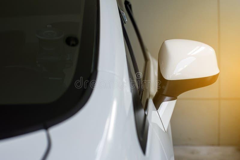 Δευτερεύον οπισθοσκόπο άσπρο χρώμα καθρεφτών αυτοκινήτων στοκ φωτογραφία