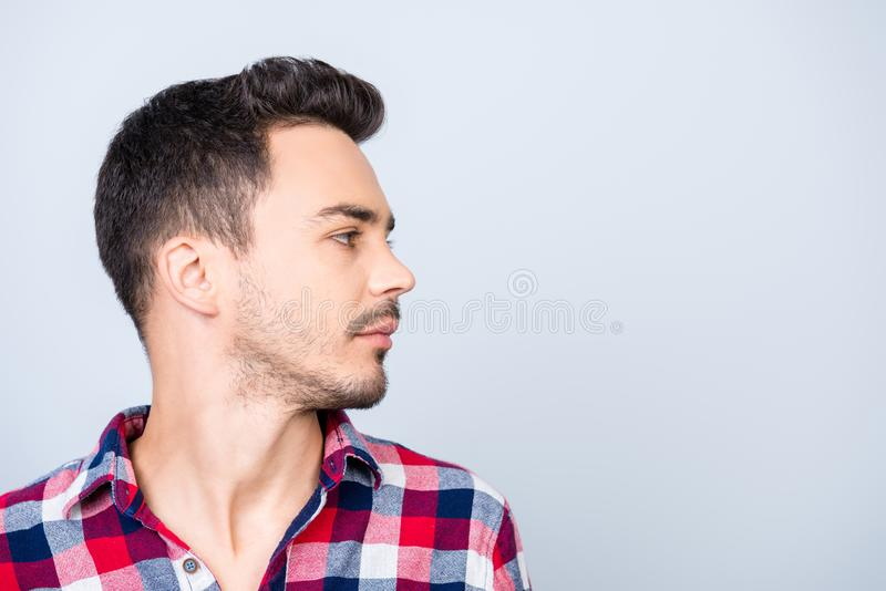 Δευτερεύουσα φωτογραφία σχεδιαγράμματος του νέου brunet τύπου hipster, που στέκεται στο casu στοκ φωτογραφία με δικαίωμα ελεύθερης χρήσης