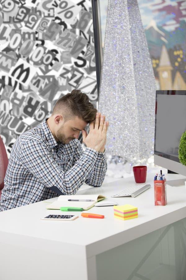 Δευτερεύων πυροβολισμός σχεδιαγράμματος του ματαιωμένου νέου brunet επιχειρηματία, που φωνάζει στο lap-top του στην αρχή και τους στοκ φωτογραφία