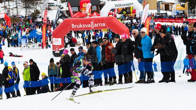 Δεύτερη θέση Anna Haag, Anna & αθλητική λέσχη του Emil, στο τέρμα στη τοπ φυλή βουνών Fjalltoppsloppet φυλών σκι 35 χλμ σε Bruksv στοκ εικόνα