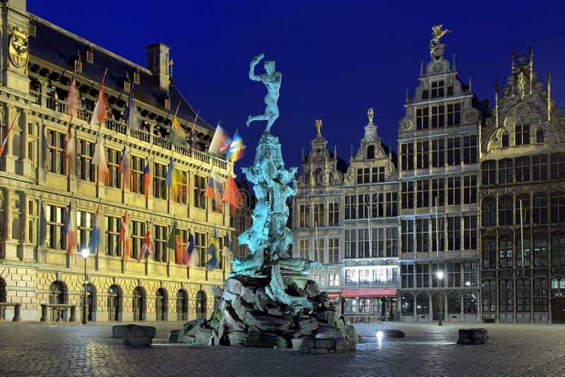 Δημαρχείο, πηγή Brabo και σπίτια των συντεχνιών στην Αμβέρσα στοκ φωτογραφία με δικαίωμα ελεύθερης χρήσης