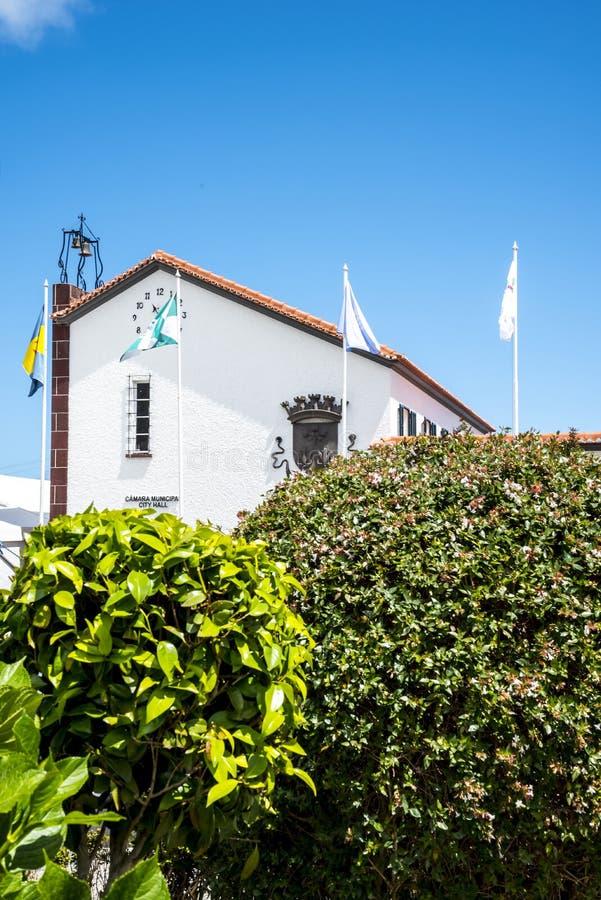 Δημαρχείο σε Santana στη Μαδέρα που είναι ένα όμορφο χωριό στη βόρεια ακτή στοκ φωτογραφία