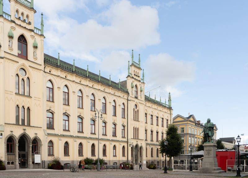 Δημαρχείο του Ορέβρου Άποψη κτιρίου με μνημείο και τμήμα ουρανού στοκ φωτογραφία