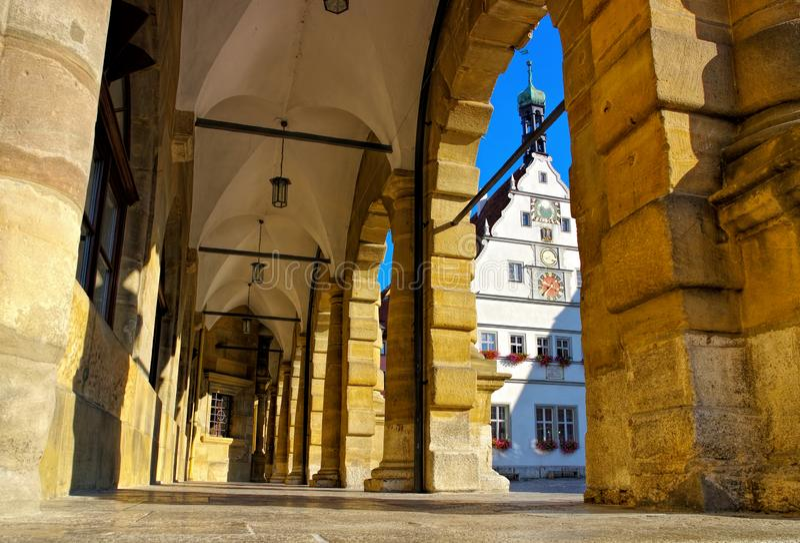 Δημαρχείο Rothenburg arcades και ταβέρνα συμβούλων στοκ φωτογραφία με δικαίωμα ελεύθερης χρήσης
