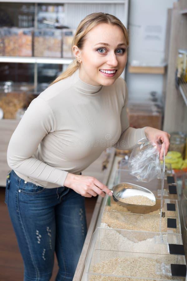 Δημητριακά επιλογής γυναικών στο οργανικό κατάστημα στοκ φωτογραφίες