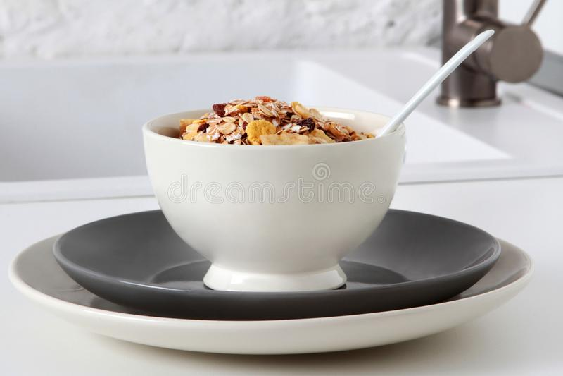 Δημητριακά καλαμποκιού σε ένα άσπρο κύπελλο στοκ εικόνα