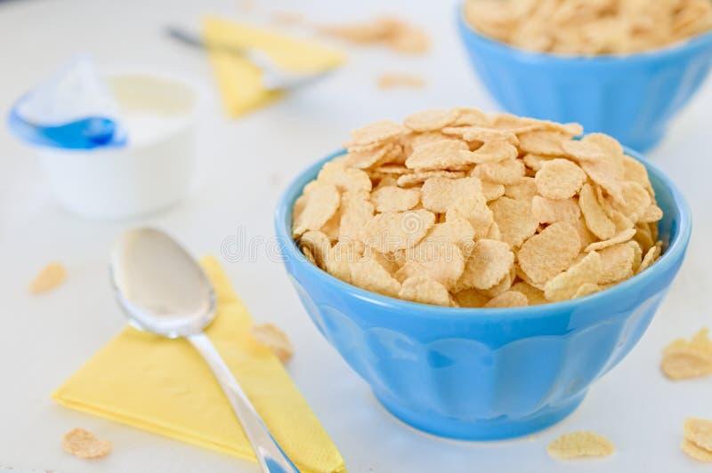 Δημητριακά καλαμποκιού με το ελληνικό γιαούρτι στο μπλε κεραμικό δοχείο στοκ φωτογραφίες με δικαίωμα ελεύθερης χρήσης
