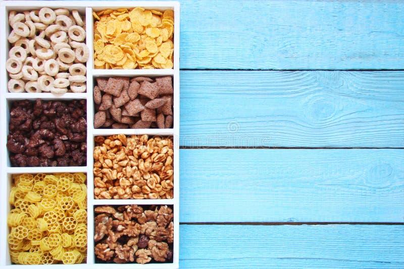 Δημητριακά, μαξιλάρια, δαχτυλίδια του σίτου και του καλαμποκιού, κρύα δημητριακά σε έναν ξύλινο στοκ εικόνες με δικαίωμα ελεύθερης χρήσης