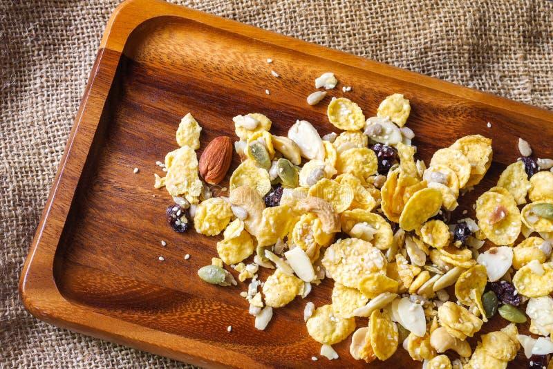 Δημητριακά με το αμύγδαλο, το μέλι, το σουσάμι και τους ξηρούς καρπούς στοκ εικόνα με δικαίωμα ελεύθερης χρήσης