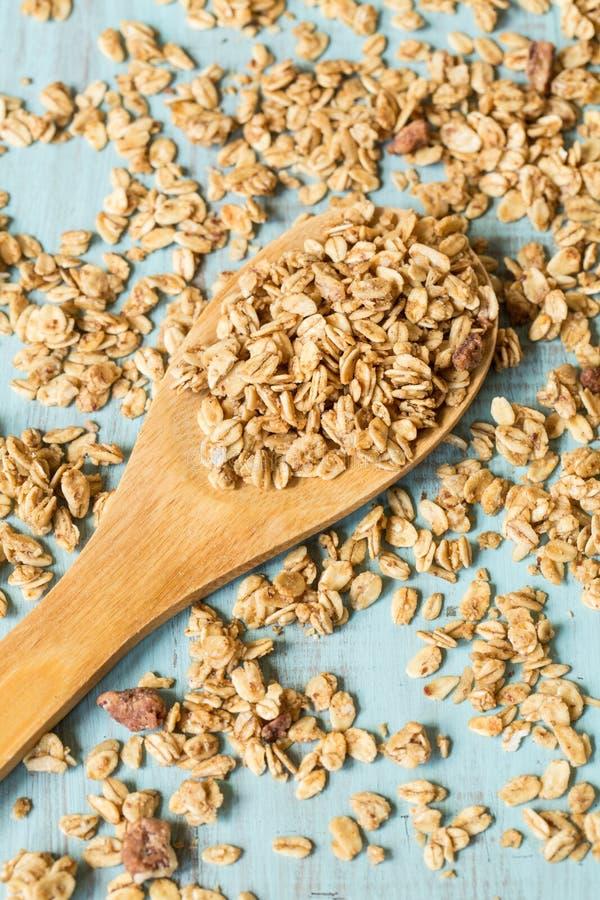 Δημητριακά προγευμάτων αμυγδάλων Granola στο ξύλινο κουτάλι άνωθεν στοκ φωτογραφία με δικαίωμα ελεύθερης χρήσης