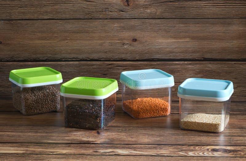 Δημητριακά στα πλαστικά εμπορευματοκιβώτια σε έναν ξύλινο πίνακα στοκ φωτογραφίες με δικαίωμα ελεύθερης χρήσης