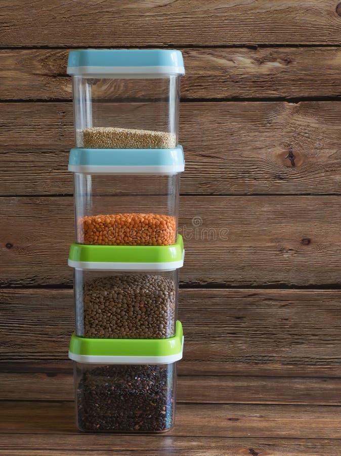 Δημητριακά στα πλαστικά εμπορευματοκιβώτια σε έναν ξύλινο πίνακα στοκ φωτογραφία με δικαίωμα ελεύθερης χρήσης