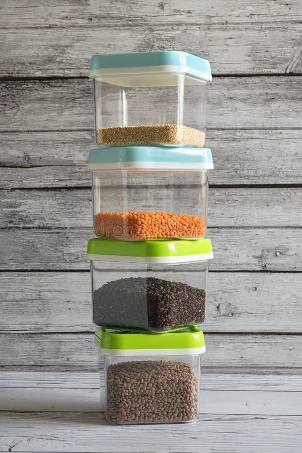 Δημητριακά στα πλαστικά εμπορευματοκιβώτια σε έναν ξύλινο πίνακα στοκ εικόνα με δικαίωμα ελεύθερης χρήσης