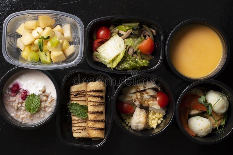 Δημητριακά, φρέσκα μούρα, φρούτα και λαχανικά στα εμπορευματοκιβώτια τροφίμων eco, τοπ άποψη στοκ φωτογραφίες