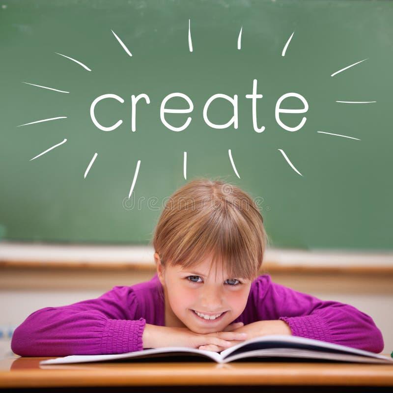 Δημιουργήστε ενάντια στη χαριτωμένη συνεδρίαση μαθητών στο γραφείο στοκ φωτογραφία με δικαίωμα ελεύθερης χρήσης