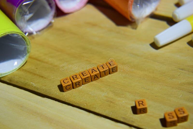 Δημιουργήστε στους ξύλινους κύβους με το ζωηρόχρωμες έγγραφο και τη μάνδρα, έμπνευση έννοιας στο ξύλινο υπόβαθρο στοκ εικόνες με δικαίωμα ελεύθερης χρήσης
