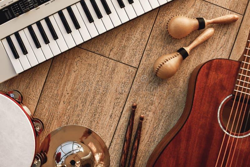 Δημιουργία μιας μελωδίας Η τοπ άποψη των μουσικών οργάνων έθεσε: ο συνθέτης, ηλεκτρονική κιθάρα, ξύλινο τύμπανο κολλά, χρυσός στοκ εικόνες