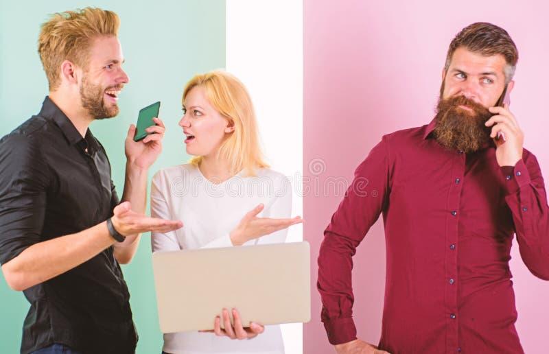 Δημιουργία περιεχομένου εργασίας μάρκετινγκ Διαδικτύου ομάδας Κοινωνικά μέσα που εμπορεύονται την ομάδα Οι άνδρες και η γυναίκα α στοκ φωτογραφίες