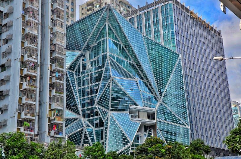 Δημιουργικά διαμορφωμένα κτήρια σε Shenzhen με τα πράσινα δέντρα και το υπόβαθρο μπλε ουρανού στοκ εικόνα με δικαίωμα ελεύθερης χρήσης