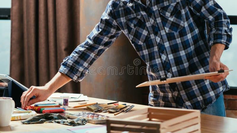 Δημιουργικά εργαλεία εργασίας ζωγράφων διαδικασίας στούντιο τέχνης στοκ φωτογραφίες με δικαίωμα ελεύθερης χρήσης
