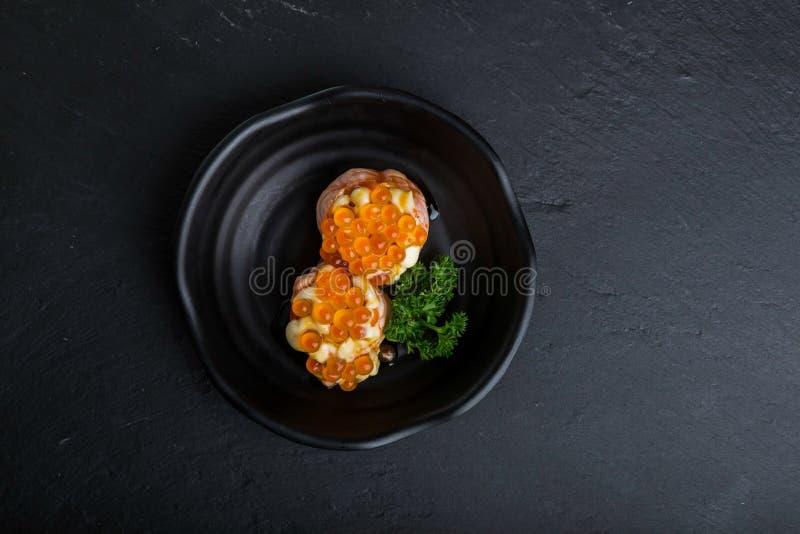 Δημιουργικά ιαπωνικά τρόφιμα Αυτό η σφαίρα αυγοτάραχων σολομών neam μου στοκ εικόνες